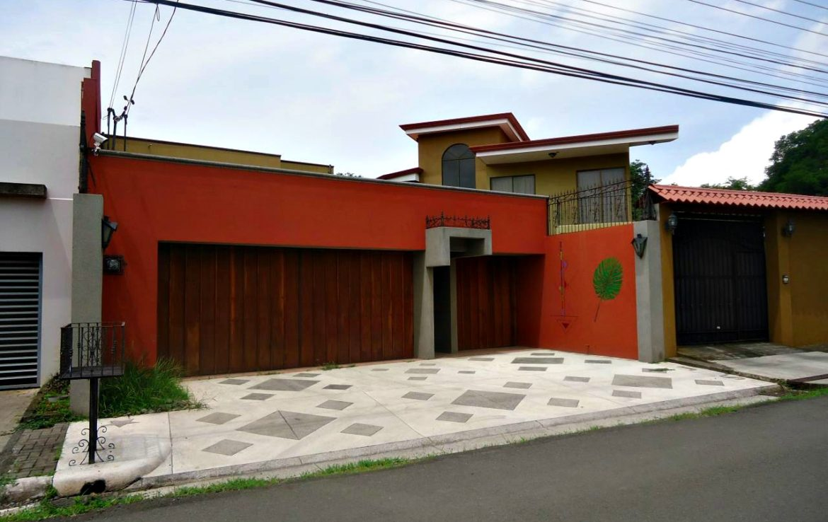 Extraordinary and private single family modern colonial for Modern family home for sale
