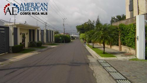 Los Laureles main street
