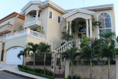 Magnificent home and pool near the golf course in Cariari