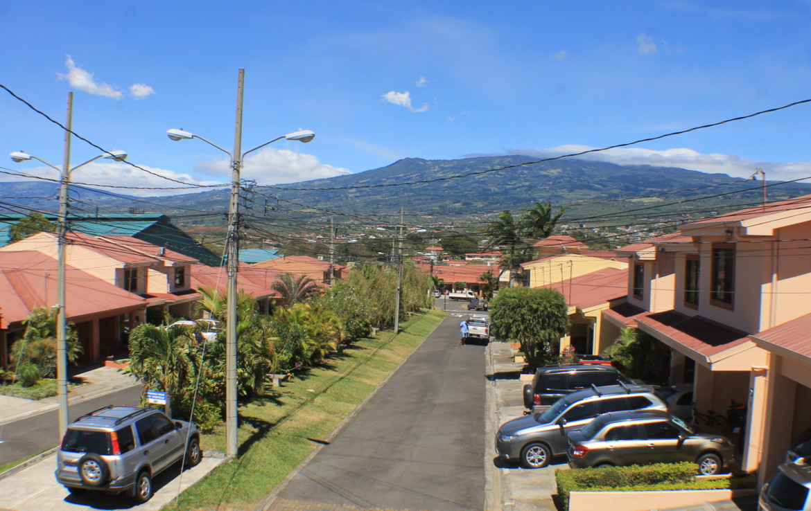 A very nice Avicennia Heredia home in a lovely community for rent