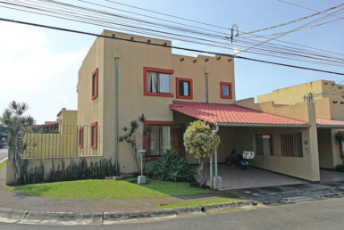 Mercedes Norte Heredia townhouse in gated community for sale.