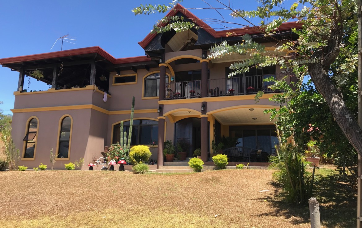 Large Home with great views and Gated in Grecia