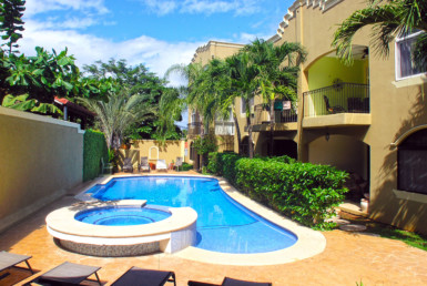 Well appointed 2BR beach condo walking distance Langosta Beach