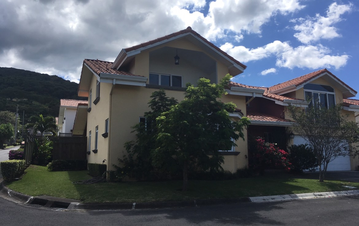 Santa Ana 4 bedroom house in condominium with pool and rancho
