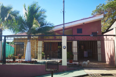 Spacious house with a Yard in a Quiet area of Downtown Naranjo