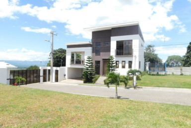 Modern Contemporary 3 BR Split Level Grecia House