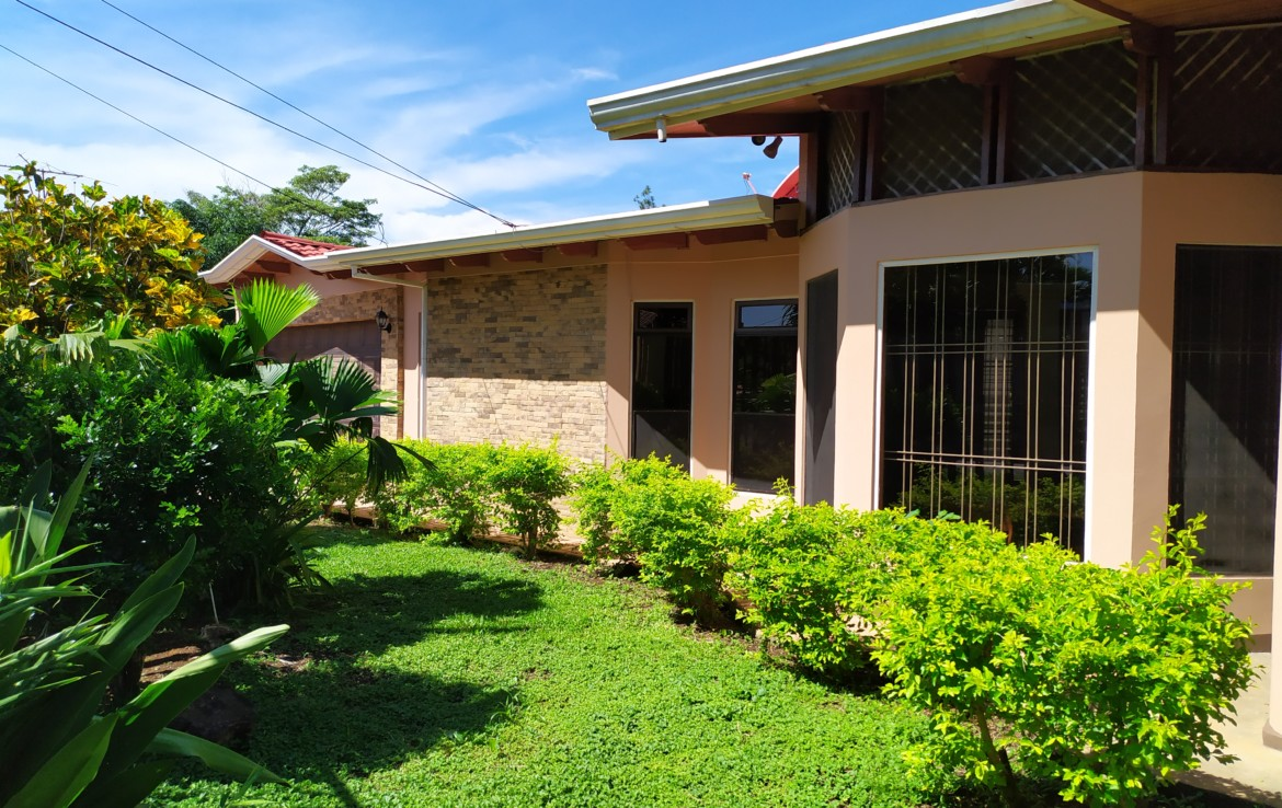 Affordable unfurnished Atenas 4 BR home with large backyard for rent