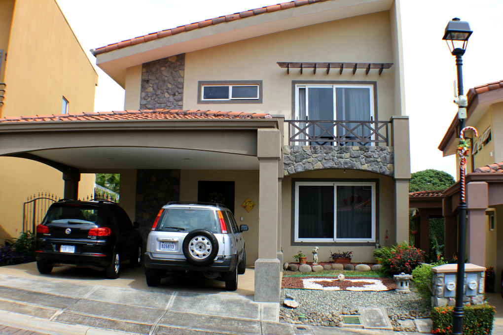 Gorgeous turnkey Heredia Townhouse including a car