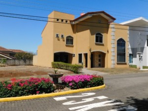 Puente Piedra Bosque Alto 3 BR Townhouse with mountain view