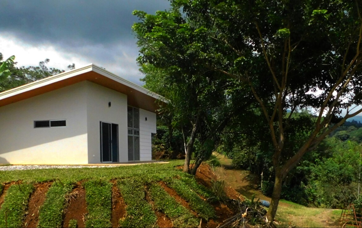 New Modern Comfortable 2 BR Sarchi Home with nature views