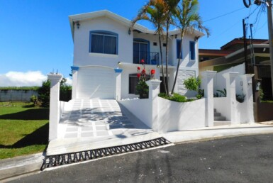 Beautifully Maintained Grecia 3 BR Home walk to town