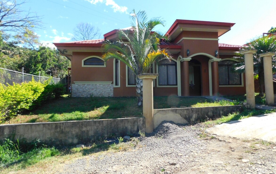 Pretty and affordable 3 BR San Roque Grecia House at the end of street